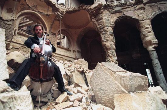 Vedran Smailović u razrušenoj Vijećnici