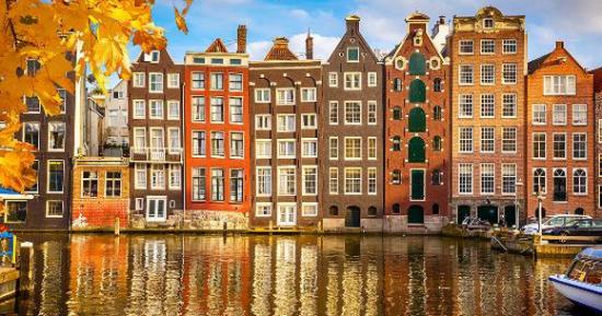 Amsterdam, glavni grad i važno gospodarsko i kulturno središte Nizozemske, smješten je na ušću rijeke Amstel u sjevernoj Holandiji.