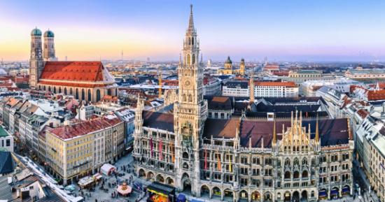 München, glavni grad savezne pokrajine Bavarske, jedno je od najvažnijih gospodarskih, prometnih i kulturnih središta Njemačke.