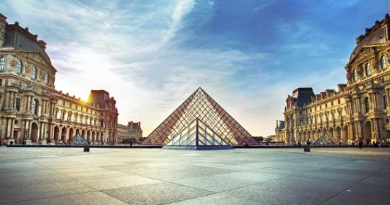Pariz, glavni grad Francuske, političko je, kulturno, naučno i privredno središte države, ali i međunarodni centar mode, kulture i umjetnosti.