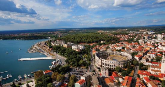 Pula, grad u Hrvatskoj, najveći je grad u Istri sa dugom tradicijom vinarstva, ribarstva, brodogradnje i turizma...