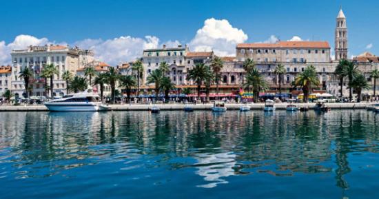 Split, najveći grad u Dalmaciji, čije gradsko središte čini starovjekovna (Dioklecijanova) palača iz 4. stoljeća.