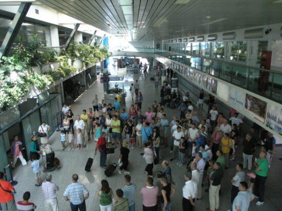 Sarajevski aerodrom je ponovo otvaren za civilni promet 16. augusta 1996. godine