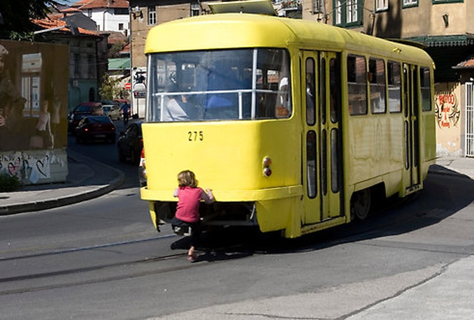 Popularna sarajevska diciplina: Kačenje za tramvaj
