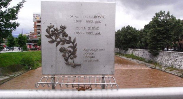 Spomen ploča na Mostu Suade i Olge u Sarajevu