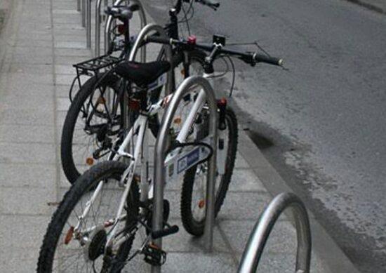 A-stalci omogućavaju da se jednim sigurnosnim elementom vežu najmanje dva elementa bicikla.