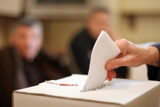 Izbori su postupak kojim birači povjeravaju obavljanje političke vlasti predstavničkom tijelu.