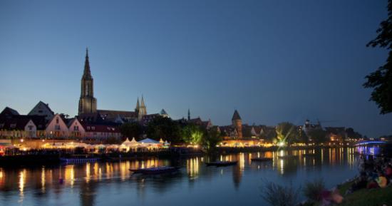 Ulm, grad u njemačkoj saveznoj pokrajini Baden-Württemberg, smješten je na rijeci Dunav. Osim što je u svijetu poznat kao mjesto rođenja velikog Alberta Einsteina, ime ovog grada slavi i najviši zvonik u svijetu, koji je dijelom gotičke katedrale Ulmer Münster.