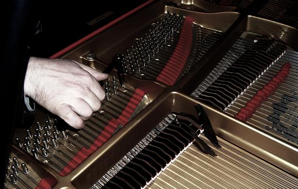 Klavirštimer kao i svaki dobar pijanist mora imati dobar sluh, mora biti tako muzikalan da pravilno ugodi svaku od dvjesto dvadeset žica koliko ih je u svakom klaviru.