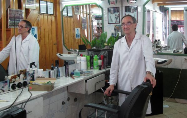 Faid Vladović u svojoj brijačkoj radnji 2013. godine