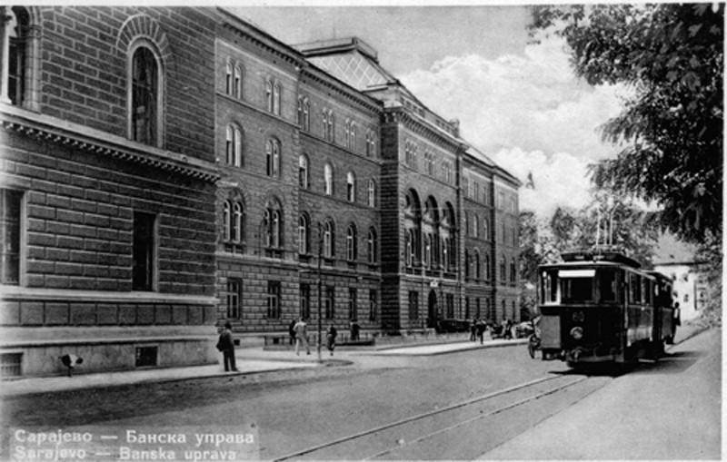 Jedan od prvih električnih tramvaja prolazi pored nekadašnje Banske uprave, a današnje zgrade Predsjedništva BiH u Sarajevu