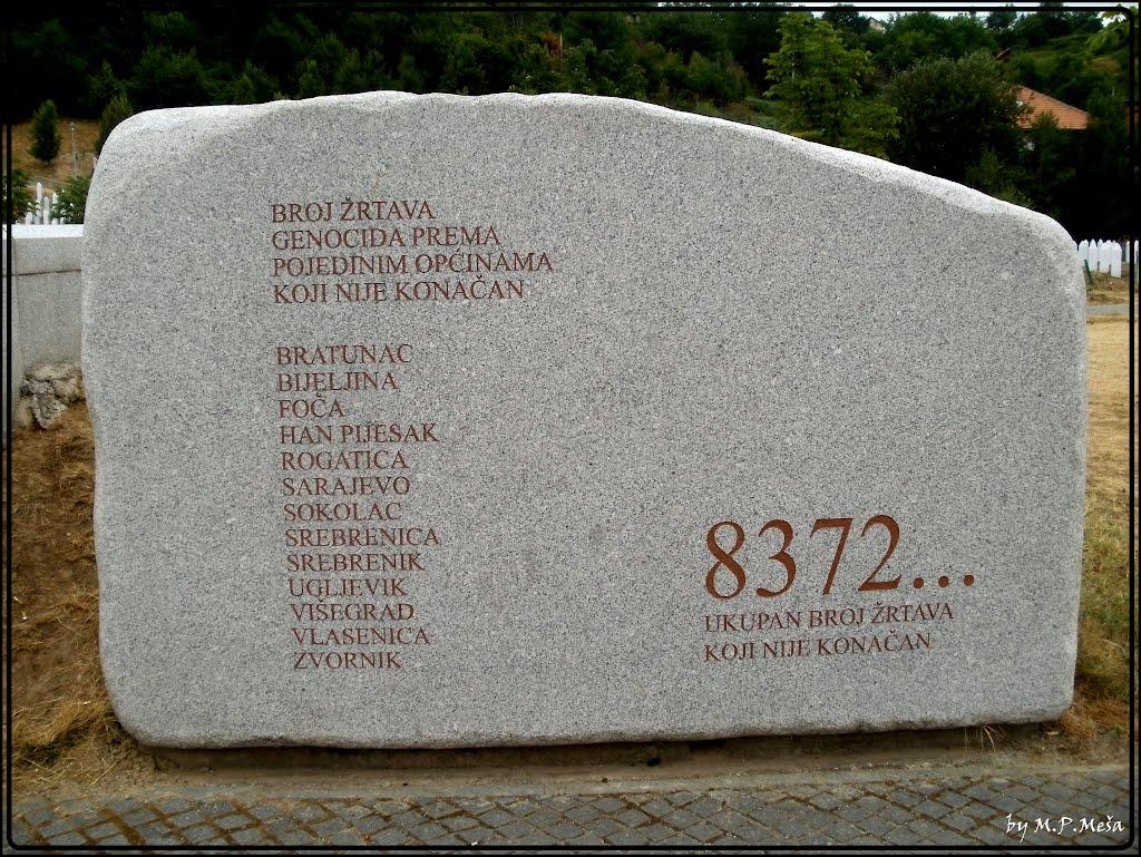 Kamena ploča u memorijalnom centru Srebrenica-Potočari