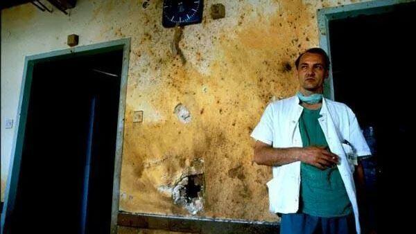 dr Edib Jaganjac u Vojnoj bolnici tokom opsade Sarajeva (foto: Roger Richards)