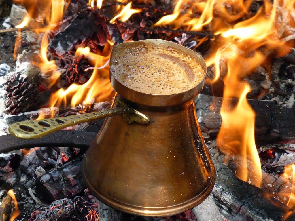 Razlika između turske i bosanske kafe je u tome što Turci pomiješaju mljevenu kafu sa šećerom preko čega preliju hladnu vodu i tako stavljaju na peć da prokuha, dok Bosanci kafu pripremaju tako što najprije stave vodu da proključa, a onda dodaju kafu. Nakon što prokuha, izdvoji se mala količina vode, potom se dodaje kafa u vodu i vrati na peć nekoliko minuta kako bi opet proključala.