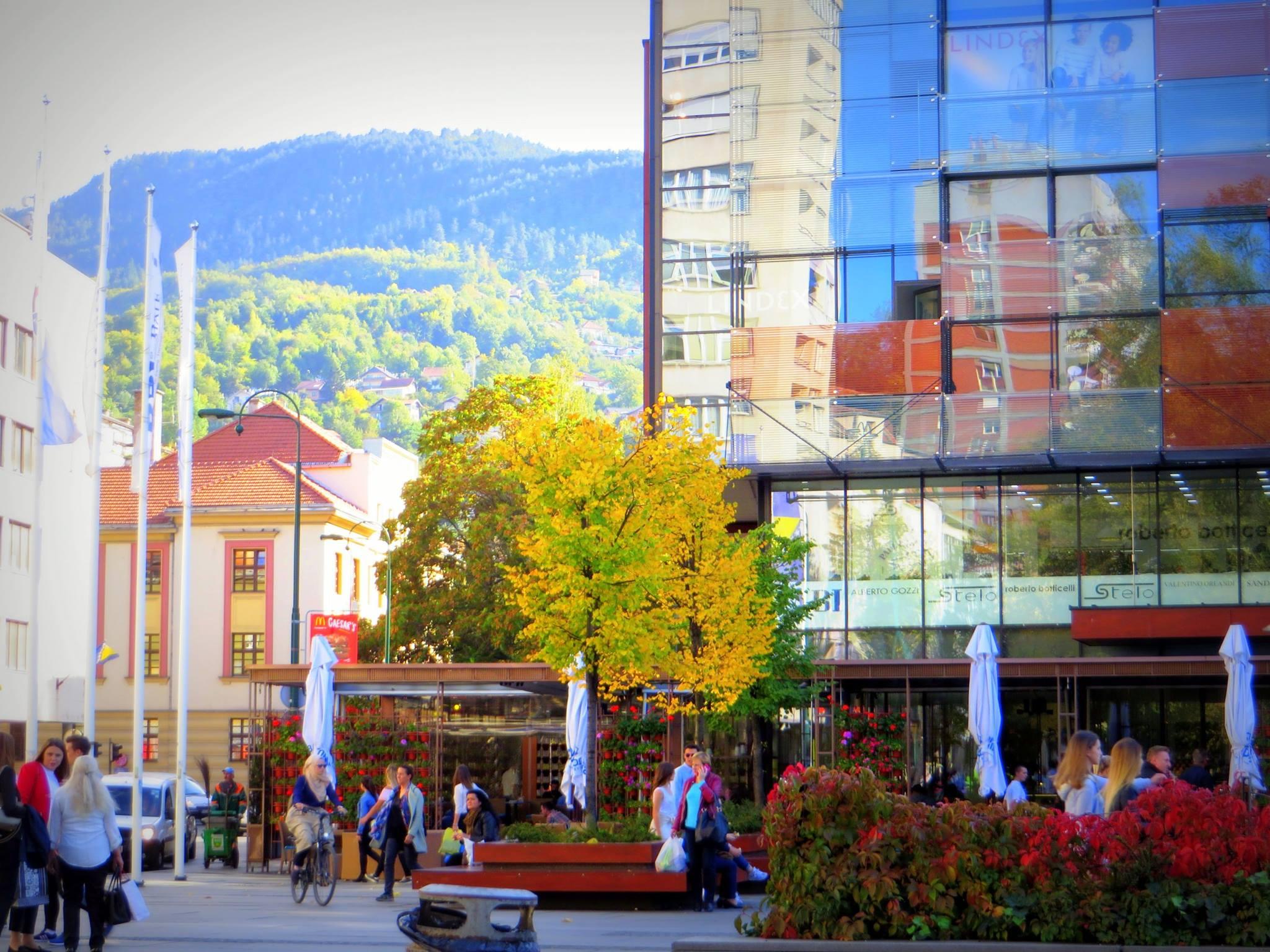 Sunčani četvrtak na Trgu djece Sarajeva (Sarajevo, 6. oktobar 2017, foto: Mina Ćorić)