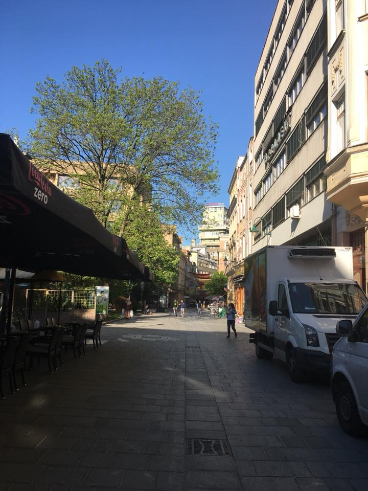 Ferhadija - širi se miris toplog peciva (Sarajevo, Trg oslobodjenja, 21. april 2018, foto: Alma Sarajlić)