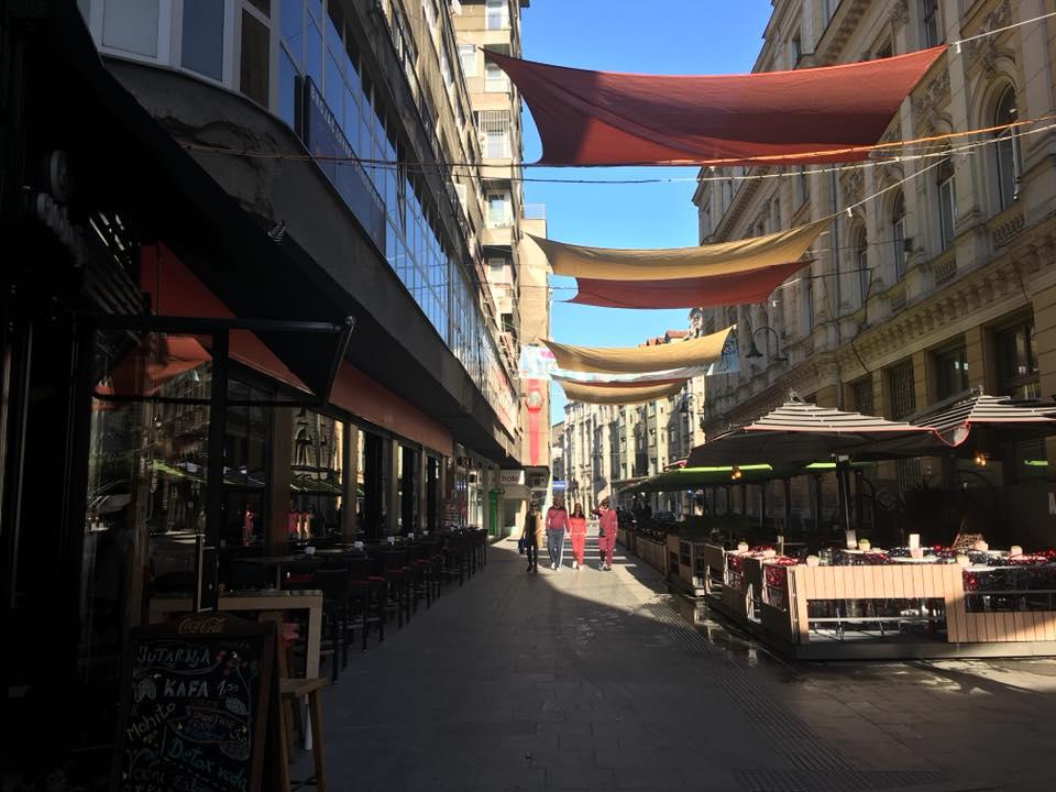 Izlazak iz zasjenjene Ferhadije, ulazak u sunčanu Titovu (Sarajevo, 21. april 2018, foto: Alma Sarajlić)